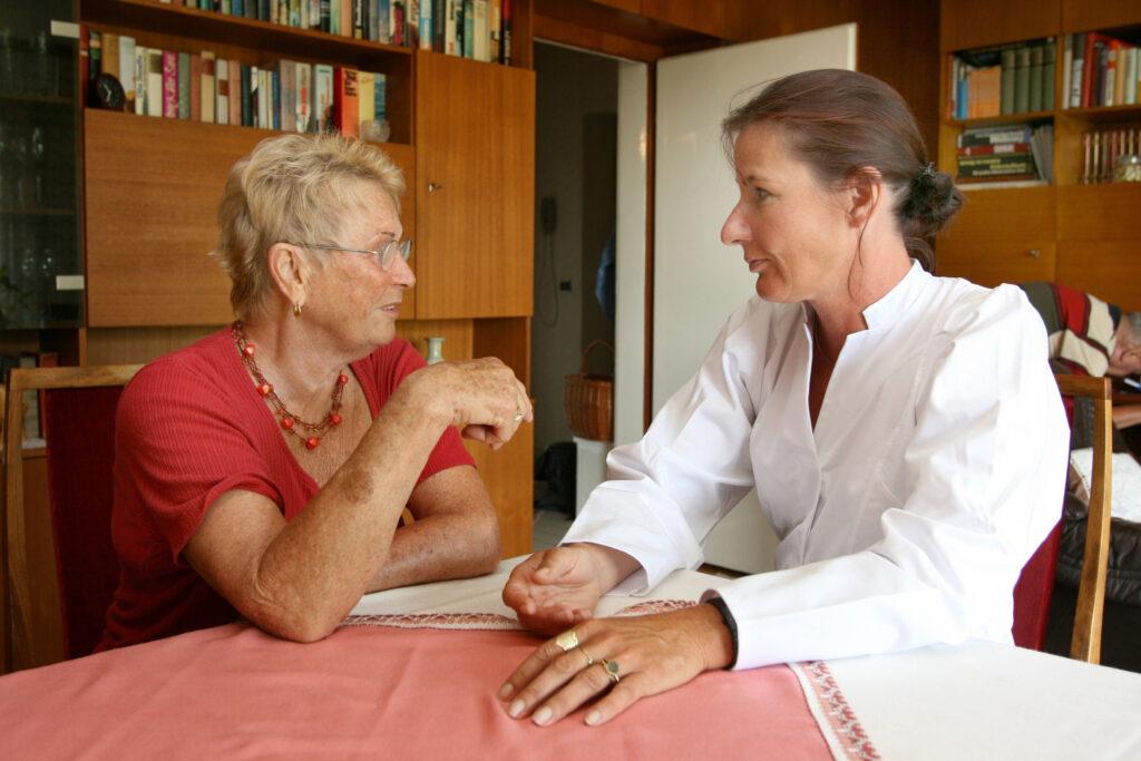 Angehörige ständig informieren, Gesundheitszustand der Senioren muss an Angehörige verteilt werden