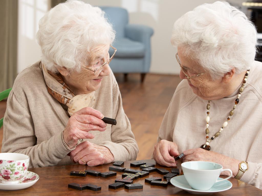 Senioren spielen am Tisch Domino, Brettspiele für Senioren